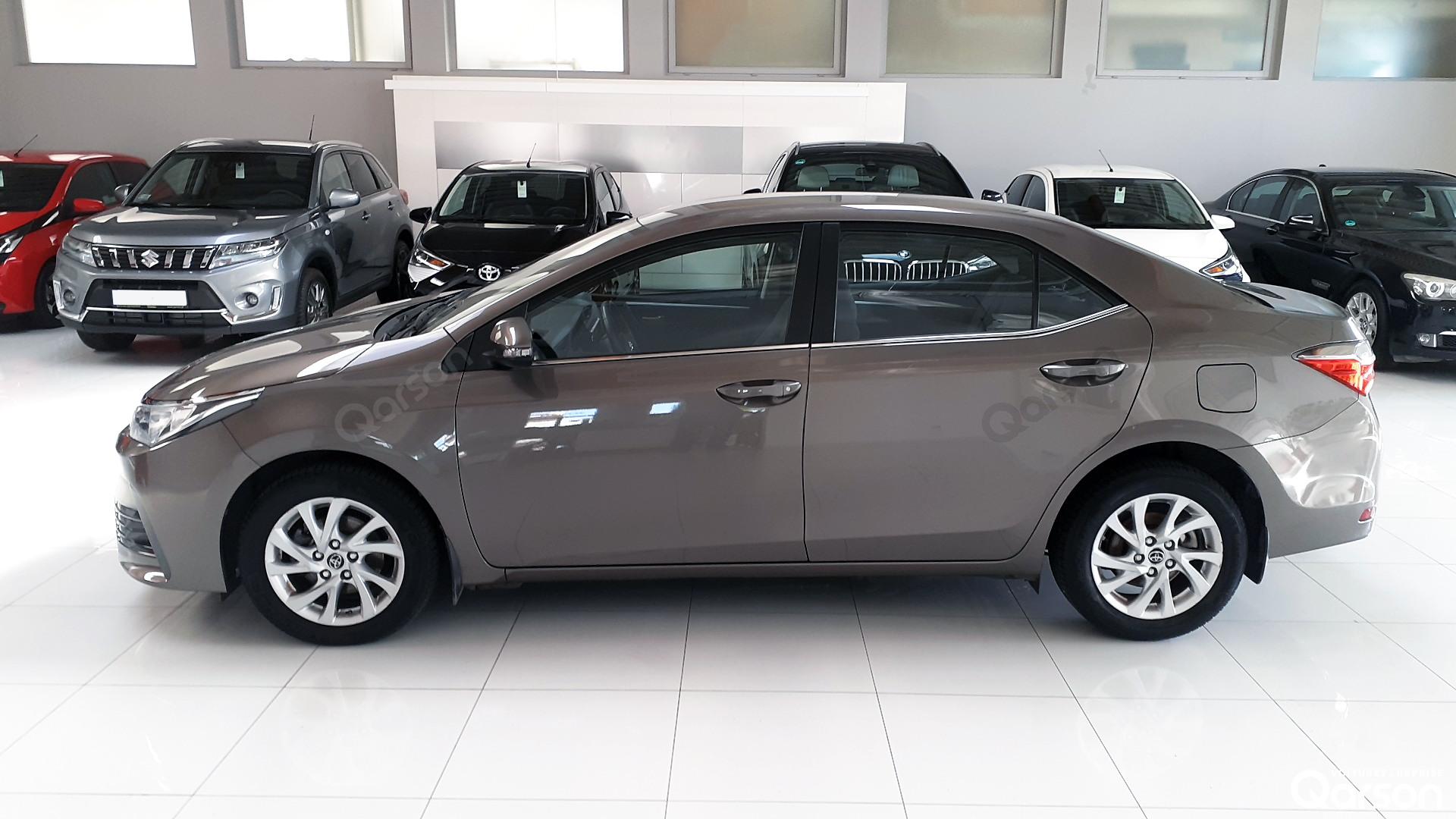 Vue profile gauche Toyota Corolla